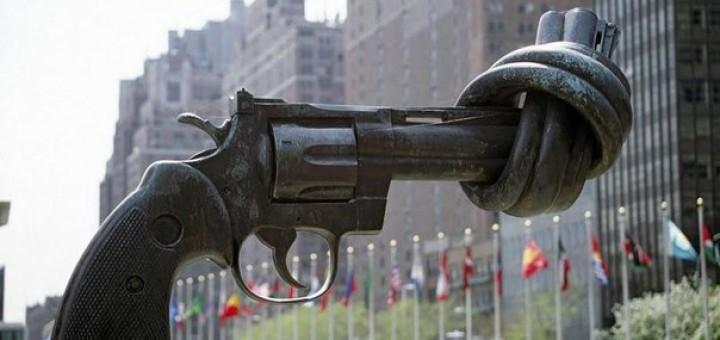 Памятники пистолет с завязанным узлом дулом ООН