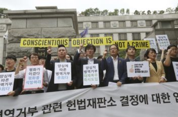 Активисты у здания Конституционного Суда (AP Photo/Ahn Young-joon)